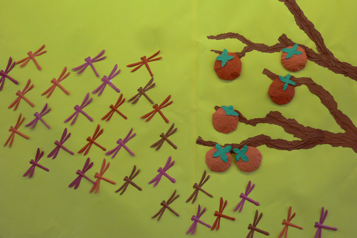 すべての折り紙 切り折り紙 作り方 : 10月の掲示物-柿と赤とんぼ