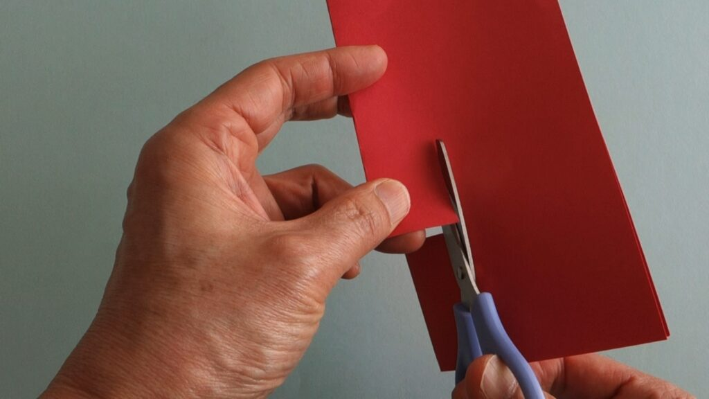 紙を折って切る