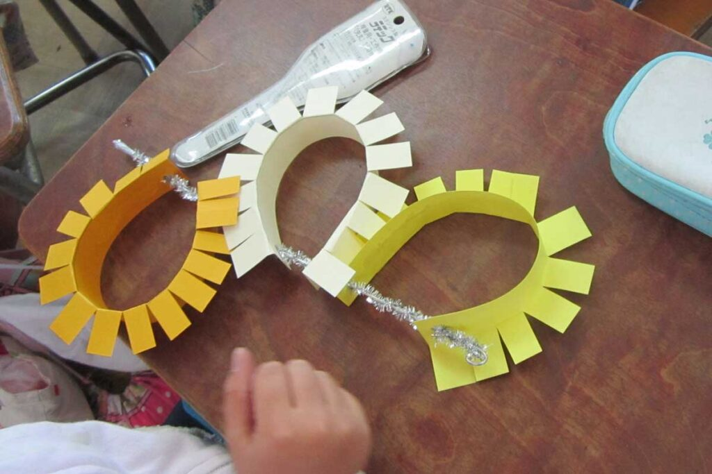 全校集合作品針金と紙帯の曲線