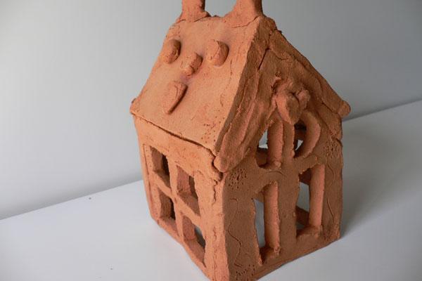 焼かない土粘土で大きな木のある家