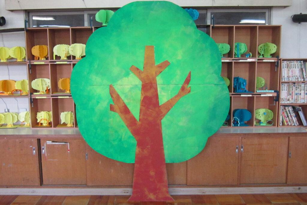 音楽会ステージ装飾大きな木