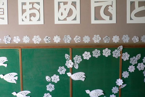 卒業式壁面装飾白い鳥と花