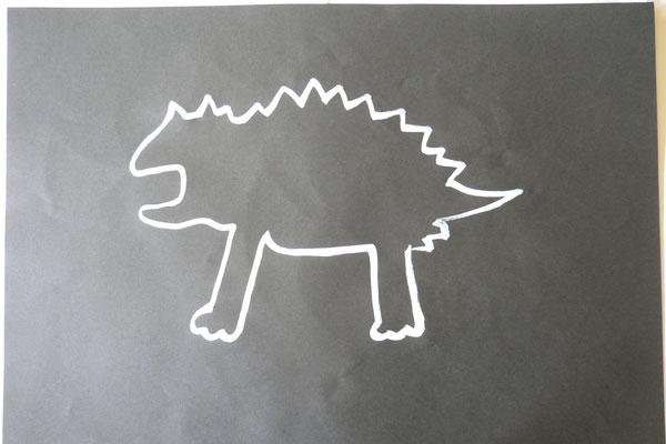 白い輪郭とパステルで描く生き物キング