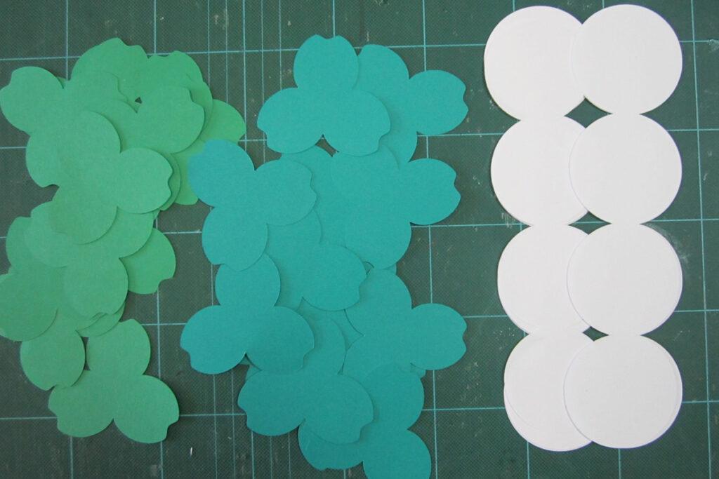 色画用紙で作る4月の壁面掲示シロツメクサとてんとう虫